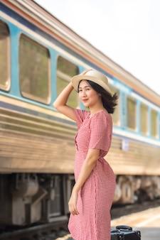 Aziatische vrouwentoeristen bij het station.