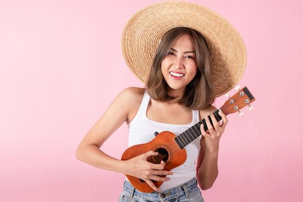 Aziatische vrouwentoeristen dragen zomerkleding en een rode zonnebril