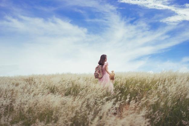 Aziatische vrouwentoeristen gelukkig op de weide
