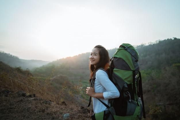 Aziatische vrouwenwandelaar alleen in de hoogste bergen