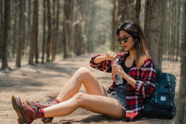 Aziatische wandelaar vrouw trekking in bos.