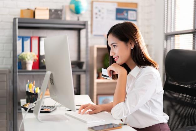 Aziatische werkende vrouwen kopen online met een creditcard