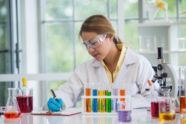 Aziatische wetenschapper die in laboratoriumwetenschapper werkt