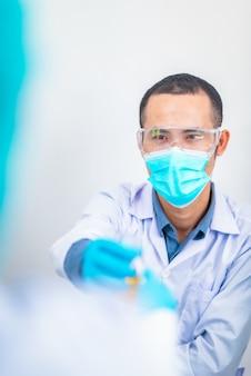 Aziatische wetenschapper heeft onderzoek in laboratorium, chemisch laboratorium