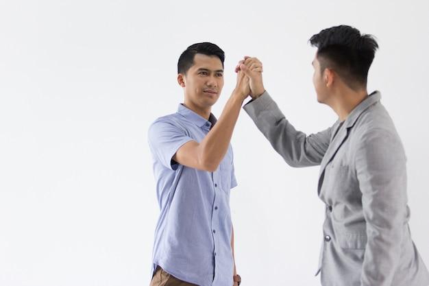 Aziatische young business hand schudden