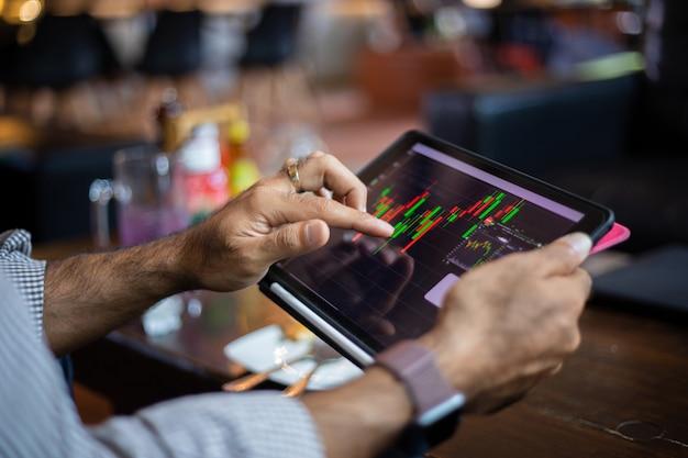 Aziatische zaken die tablet gebruiken voor werk