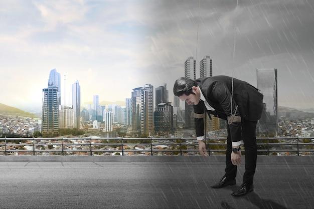 Aziatische zakenman bestuurd met touw met verschillende klimaten en stadsgezichten achtergrond