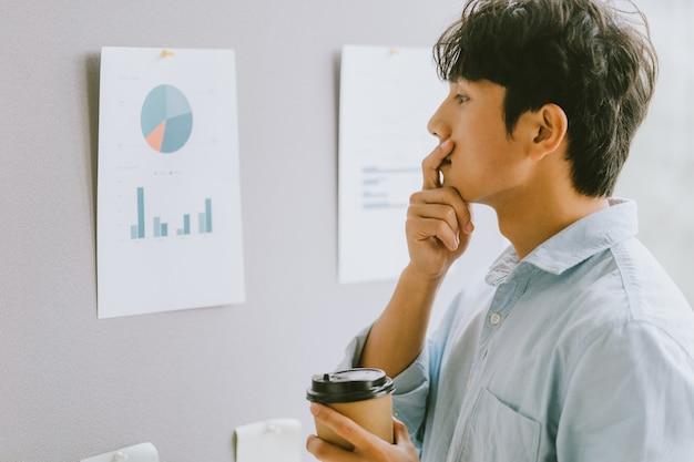 Aziatische zakenman denkt over groeiplannen
