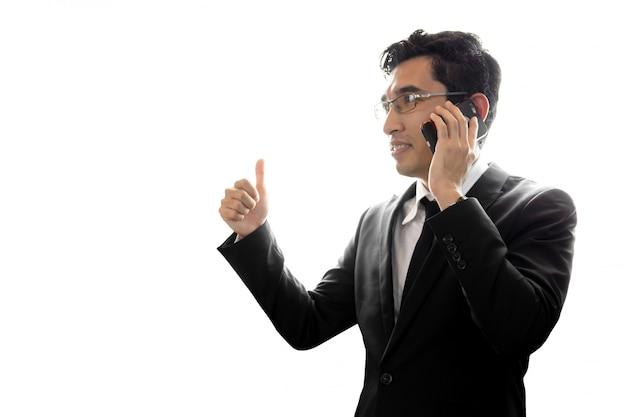 Aziatische zakenman die het mobiele telefoon texting geïsoleerd op witte achtergrond gebruiken.