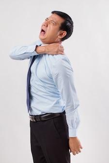 Aziatische zakenman die lijdt aan nekpijn, artritis, jicht symptomen