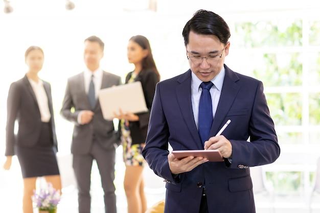 Aziatische zakenman die met team werkt