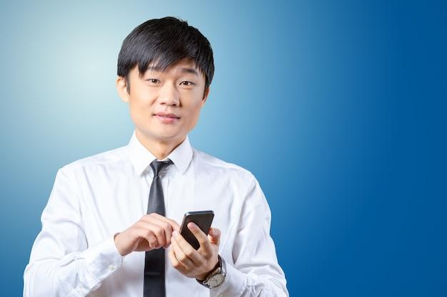 Aziatische zakenman die op mobiele celtelefoon spreekt