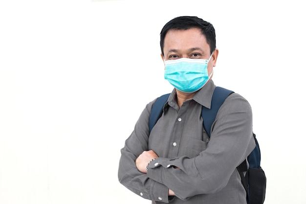 Aziatische zakenman draagt een grijs shirt en medisch gezichtsmasker om zijn ademhalingssysteem te beschermen tegen covid-19 (coronavirus-19) of ziekteverwekker in de levensstijl van de gezondheidszorg.