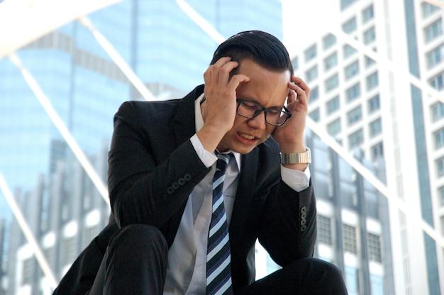 Aziatische zakenman erg benadrukt