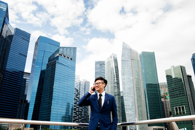Aziatische zakenman in een stad