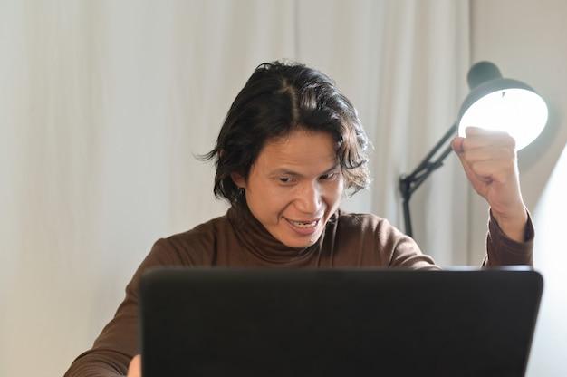 Aziatische zakenman kijkt erg verbaasd