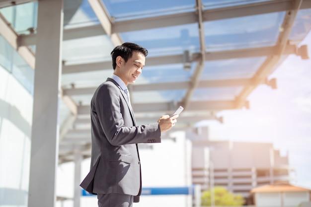 Aziatische zakenman met behulp van een smartphone