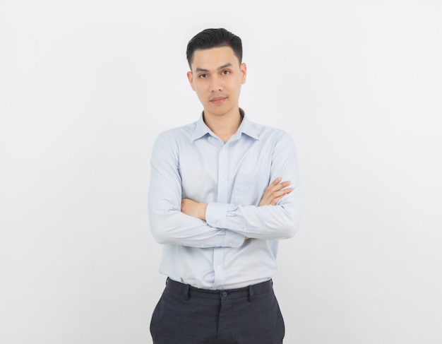 Aziatische zakenman met gekruiste armen geïsoleerd op een witte achtergrond