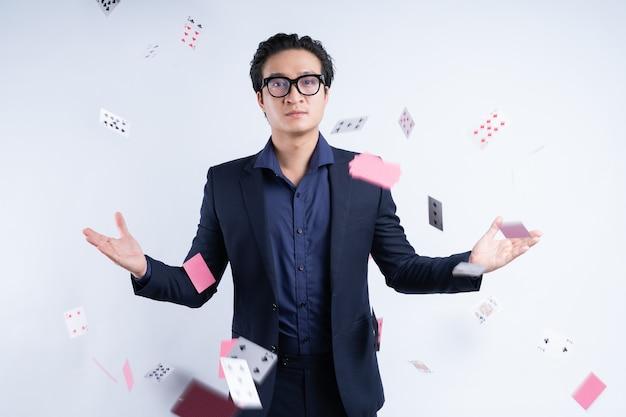 Aziatische zakenman met gokverslaving