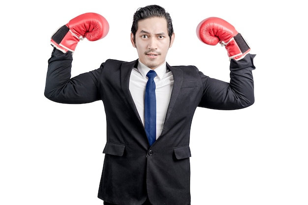 Aziatische zakenman met rode bokshandschoenen die over witte muur worden geïsoleerd