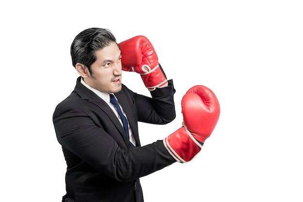 Aziatische zakenman met rode bokshandschoenen vechten geïsoleerd over witte muur