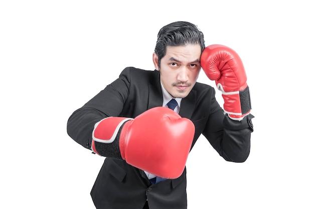 Aziatische zakenman met rode bokshandschoenen