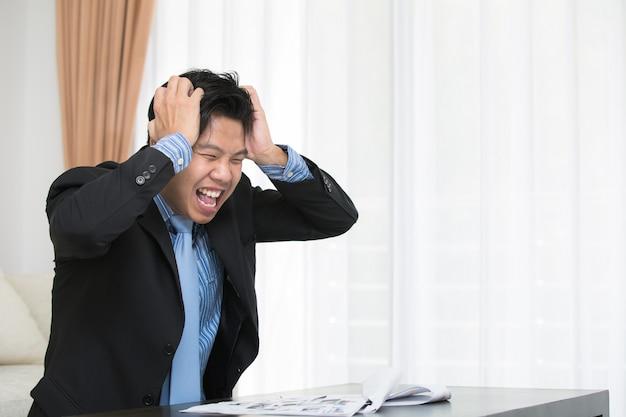 Aziatische zakenman moe van overbelasting