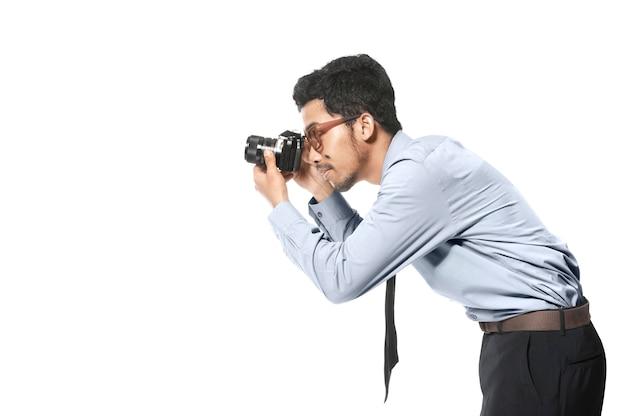 Aziatische zakenman neemt een foto met zijn camera