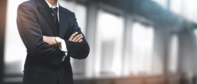 Aziatische zakenman op wazig kantoor. copyspace