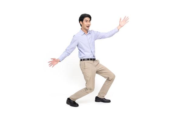 Aziatische zakenman permanent en presenteren met twee handen geïsoleerd op een witte achtergrond