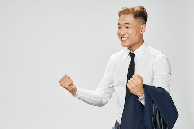 Aziatische zakenman poseren in pak