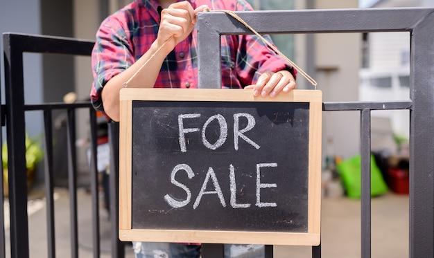 Aziatische zakenman verkoopt zijn huis vanwege economische problemen. werkloosheid en geestelijke gezondheidsproblemen. banenverlies door het coronavirus in azië.