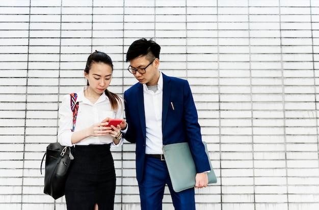 Aziatische zakenmensen bespreken