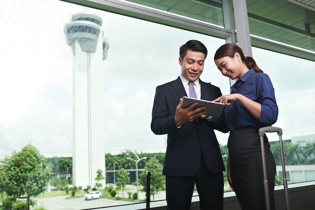 Aziatische zakenmensen die op luchthaven landen