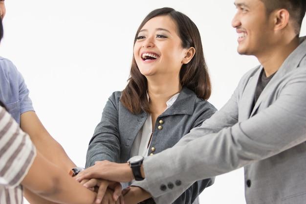 Aziatische zakenmensen handen in elkaar gezet