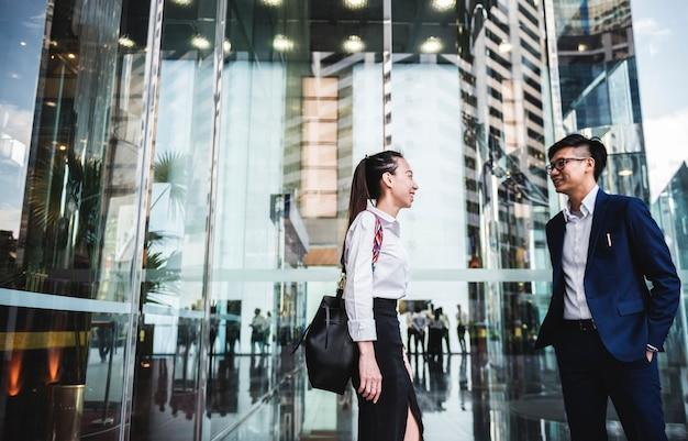 Aziatische zakenmensen in een stad