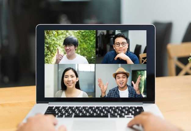 Aziatische zakenmensen videoconferentie online op laptop