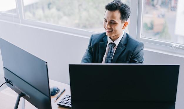 Aziatische zakenmensen zijn gefocust op werken
