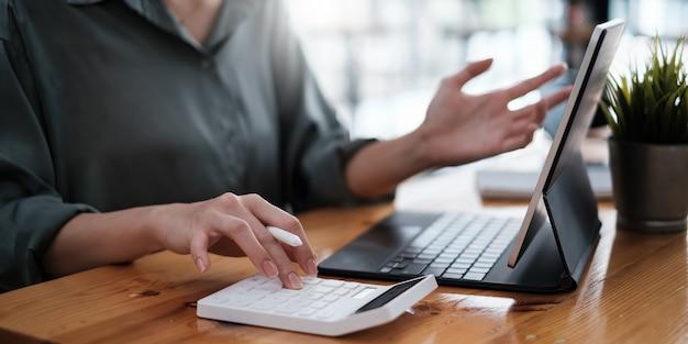 Aziatische zakenvrouw accountant of bankier gebruik rekenmachine
