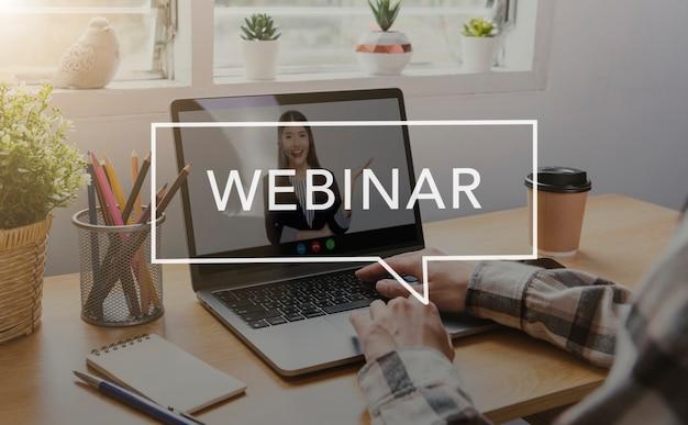 Aziatische zakenvrouw die op afstand werkt vanuit huis en webinar voor virtuele videoconferentievergaderingen met collega's uit het bedrijfsleven. sociale afstand thuis kantoor concept.