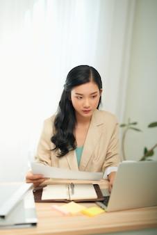 Aziatische zakenvrouw moeder thuis werken met notebookcomputer. concept voor thuiswerken.