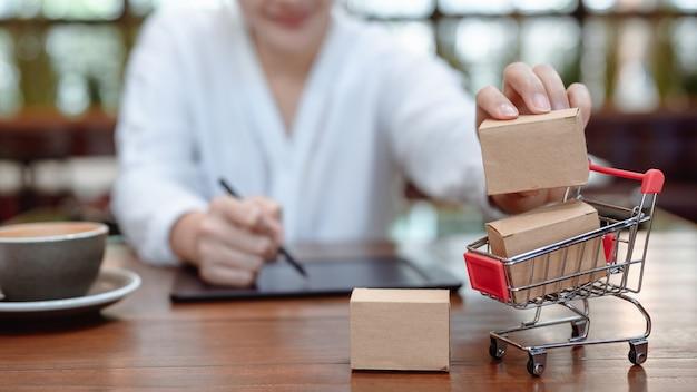 Aziatische zakenvrouw online winkelen. social distancing en nieuwe normale levensstijl.