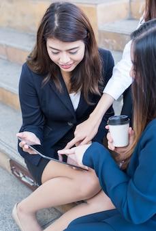 Aziatische zakenvrouwen werken op laptop met collega en teamwork. teachnologie en innovatie voor persoonlijke ontwikkeling op succesvol zakelijk.