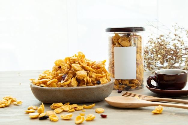 Aziatische zoete snacks smakelijke gemengde cornflakes sticker mockup voor logo