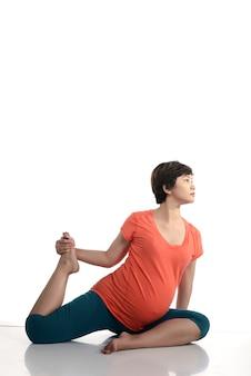 Aziatische zwangere vrouw doet yoga
