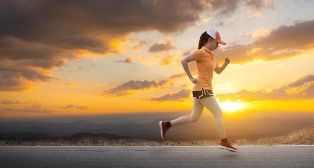Azië jonge vrouw runner loopt op asfaltweg