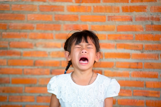 Azië kleine meisjes met droevige uitdrukkingen, schreeuwen en huilen.