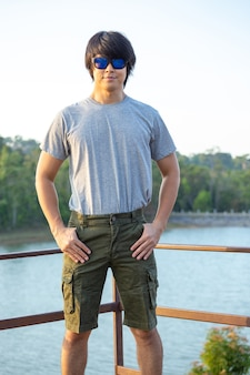 Azië man in bermuda's en t-shirt