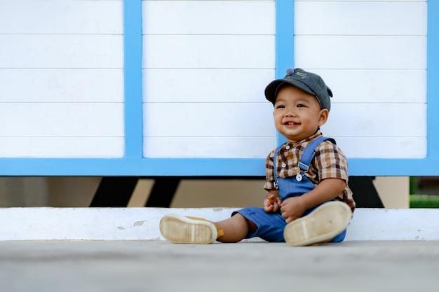 Azië peuter jongen kind spelen buiten