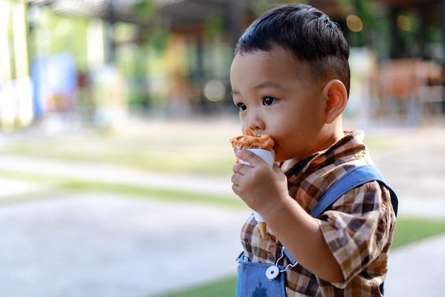 Azië peuter jongen kind spelen buiten Premium Foto